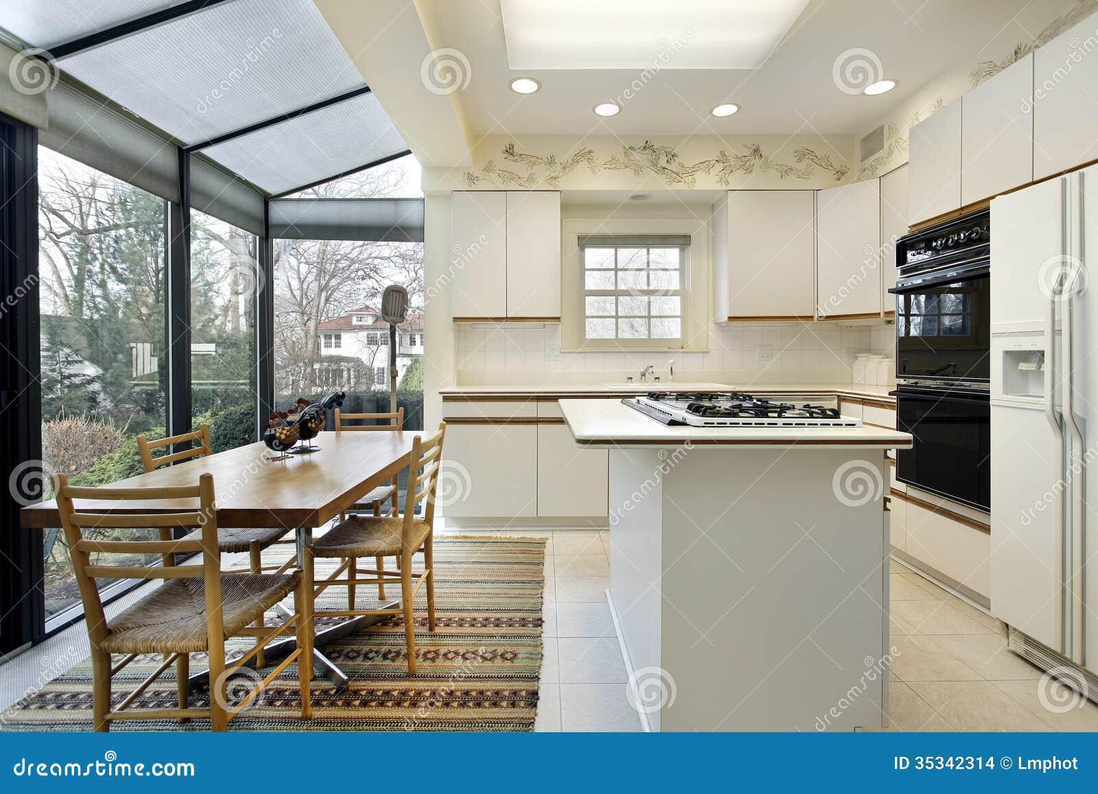 keuken met schuifdeuren aan terras stock foto afbeelding bestaande uit echt woning 35342314. Black Bedroom Furniture Sets. Home Design Ideas