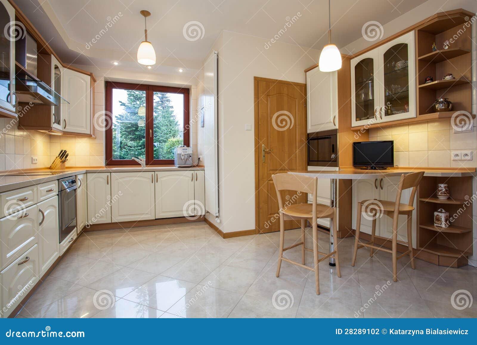 Tv In Keuken : Prachtige moderne keuken met tv u stockvideo paha l