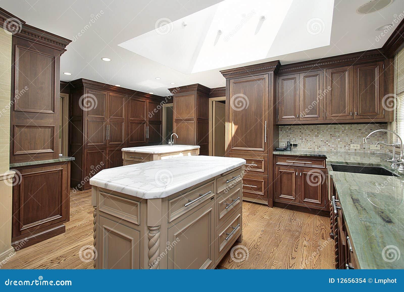 Keuken Met Wit Marmeren Eiland Stock Afbeeldingen - Afbeelding ...