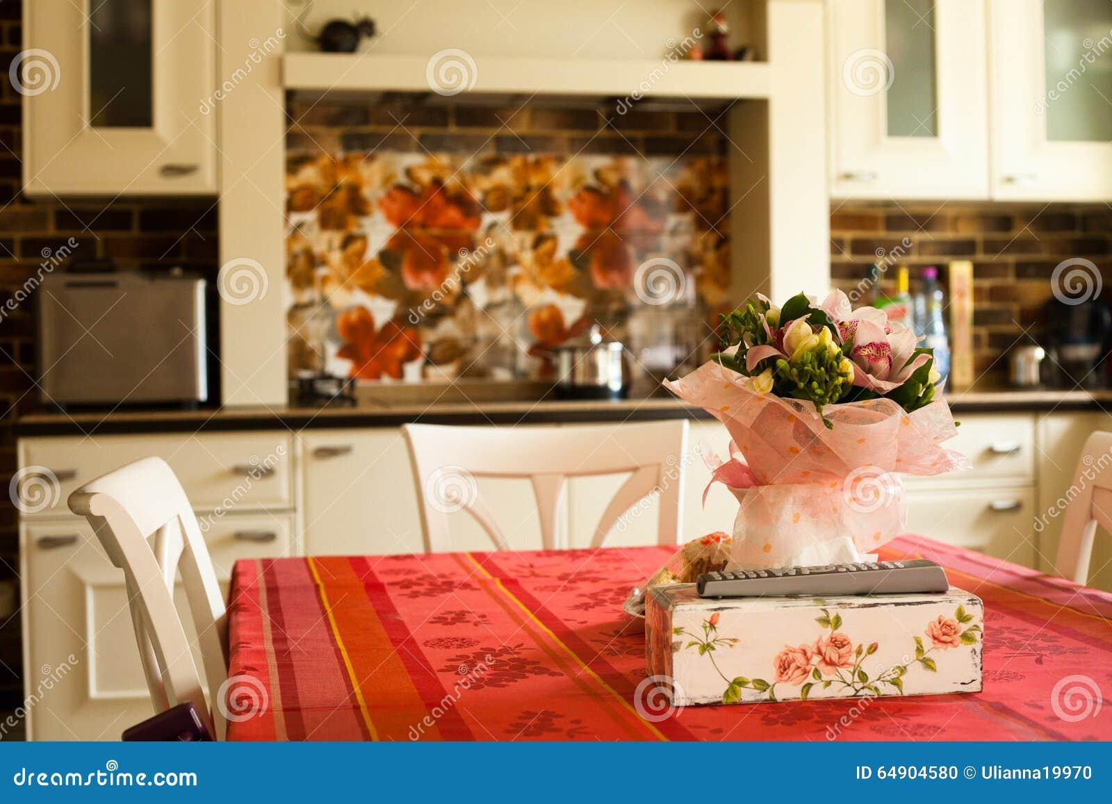 Keuken modern binnenland met rood tafelkleed stock foto ...