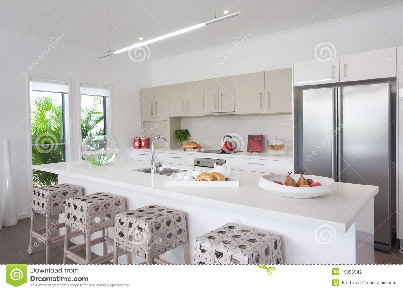 Keuken in nieuw modern huis in de stad stock fotografie beeld 13356942 - Modern keukenplan ...