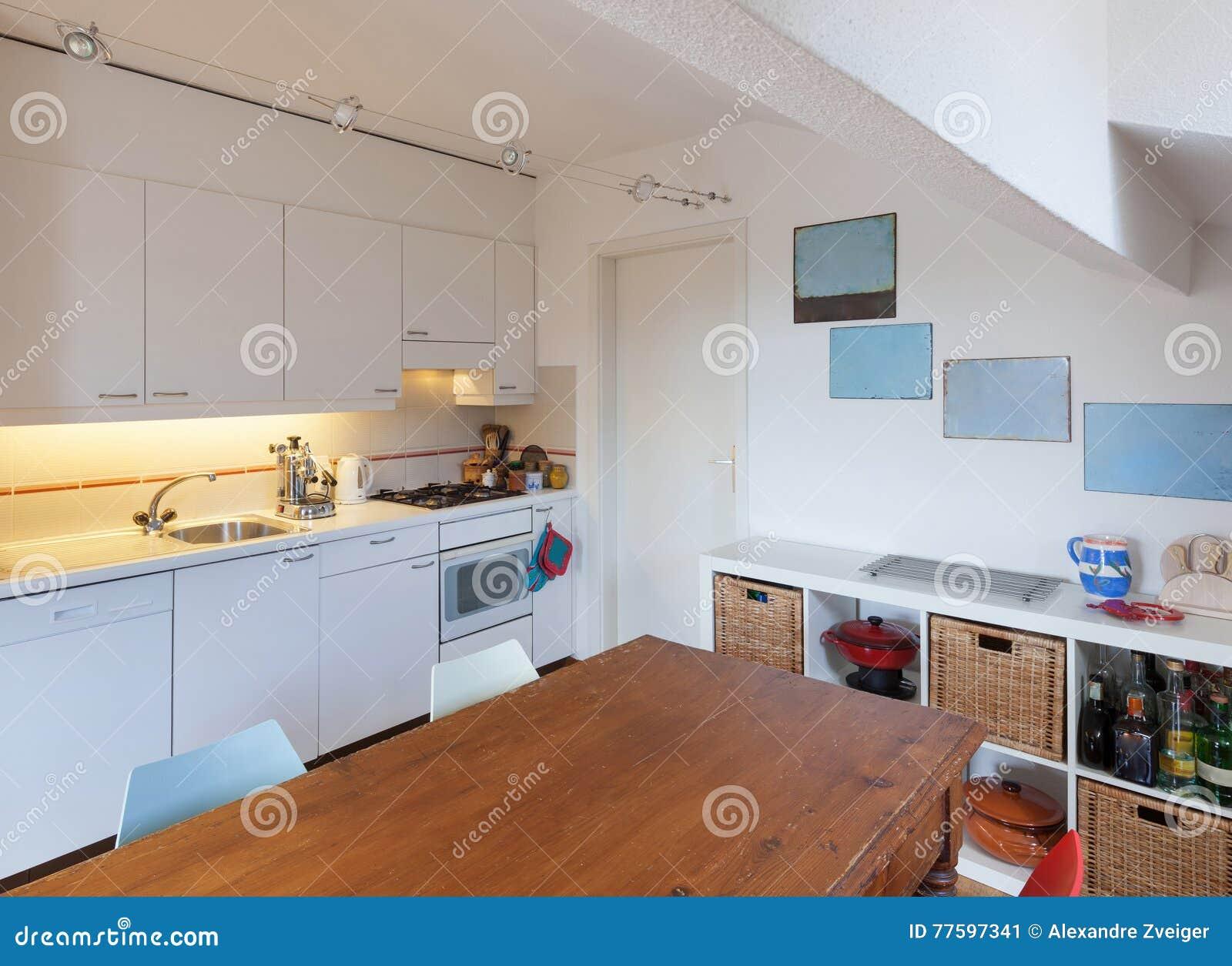 Keuken oude houten eettafel stock afbeelding afbeelding bestaande