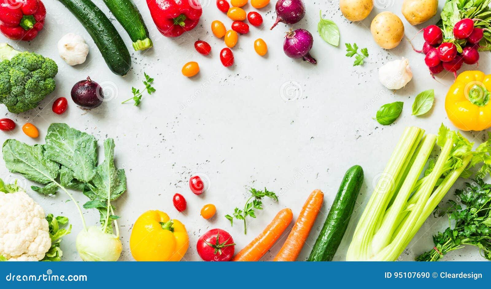Keuken - verse kleurrijke organische groenten op worktop