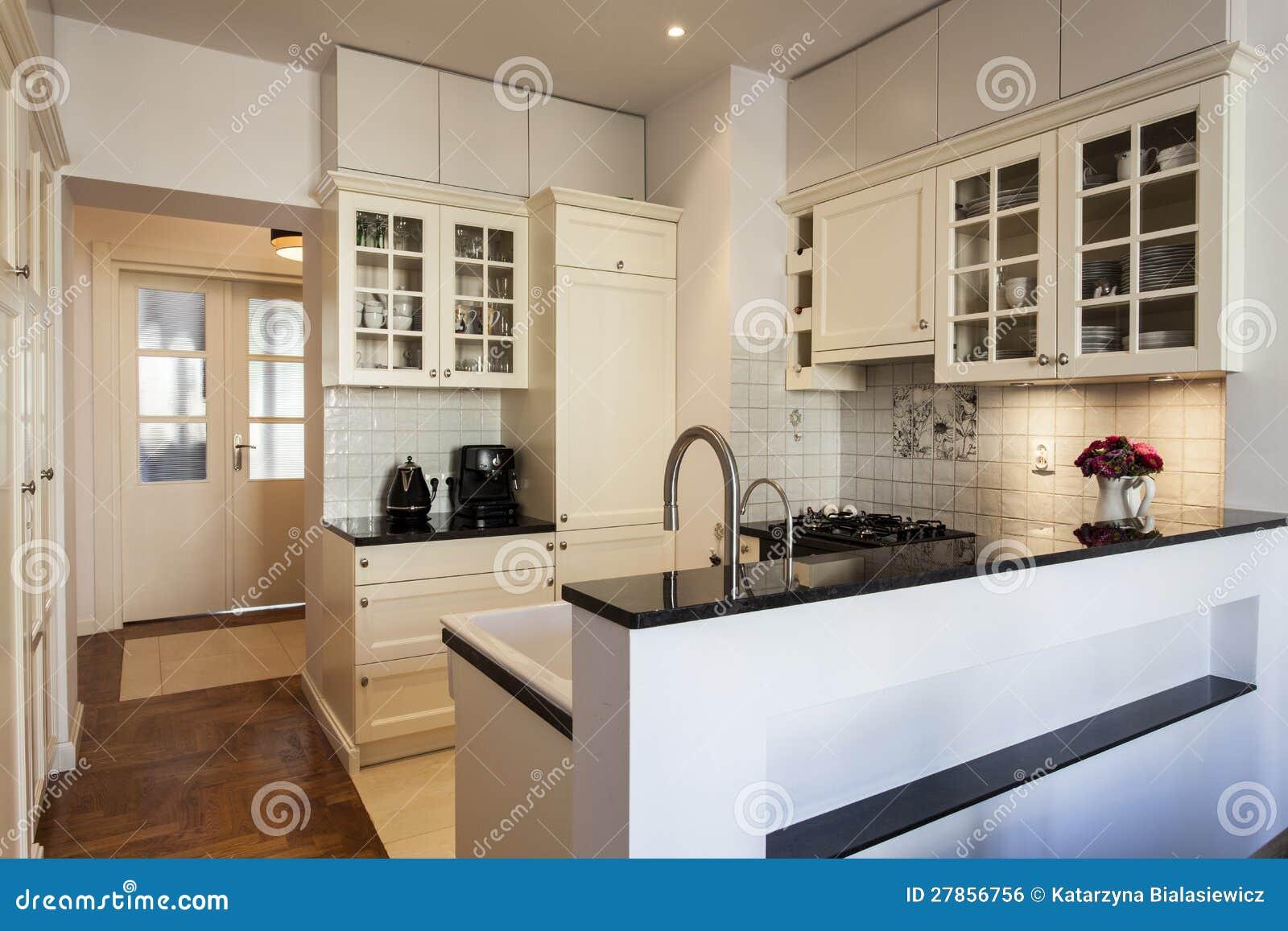 Keuken in wit en ecru royalty vrije stock afbeelding   afbeelding ...