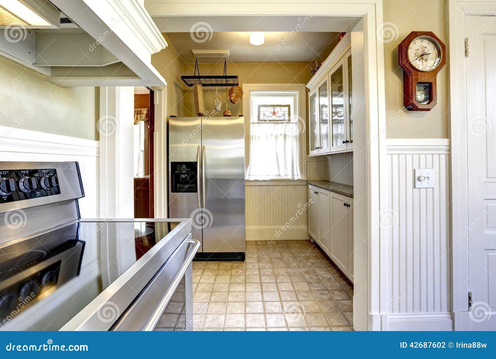 Keukenbinnenland in oud huis met moderne toestellen stock foto