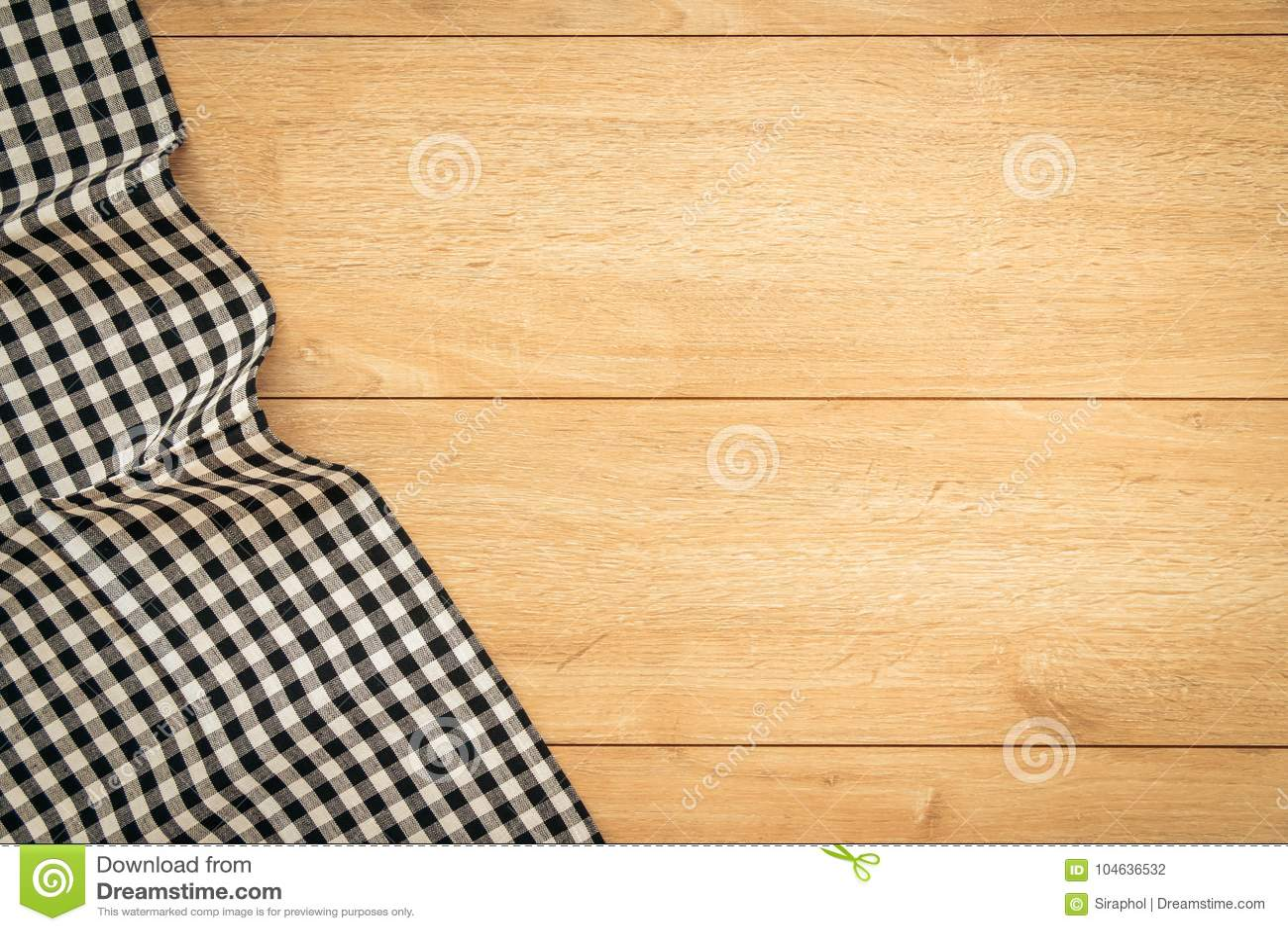 Download Keukendoek op houten lijst stock foto. Afbeelding bestaande uit exemplaar - 104636532