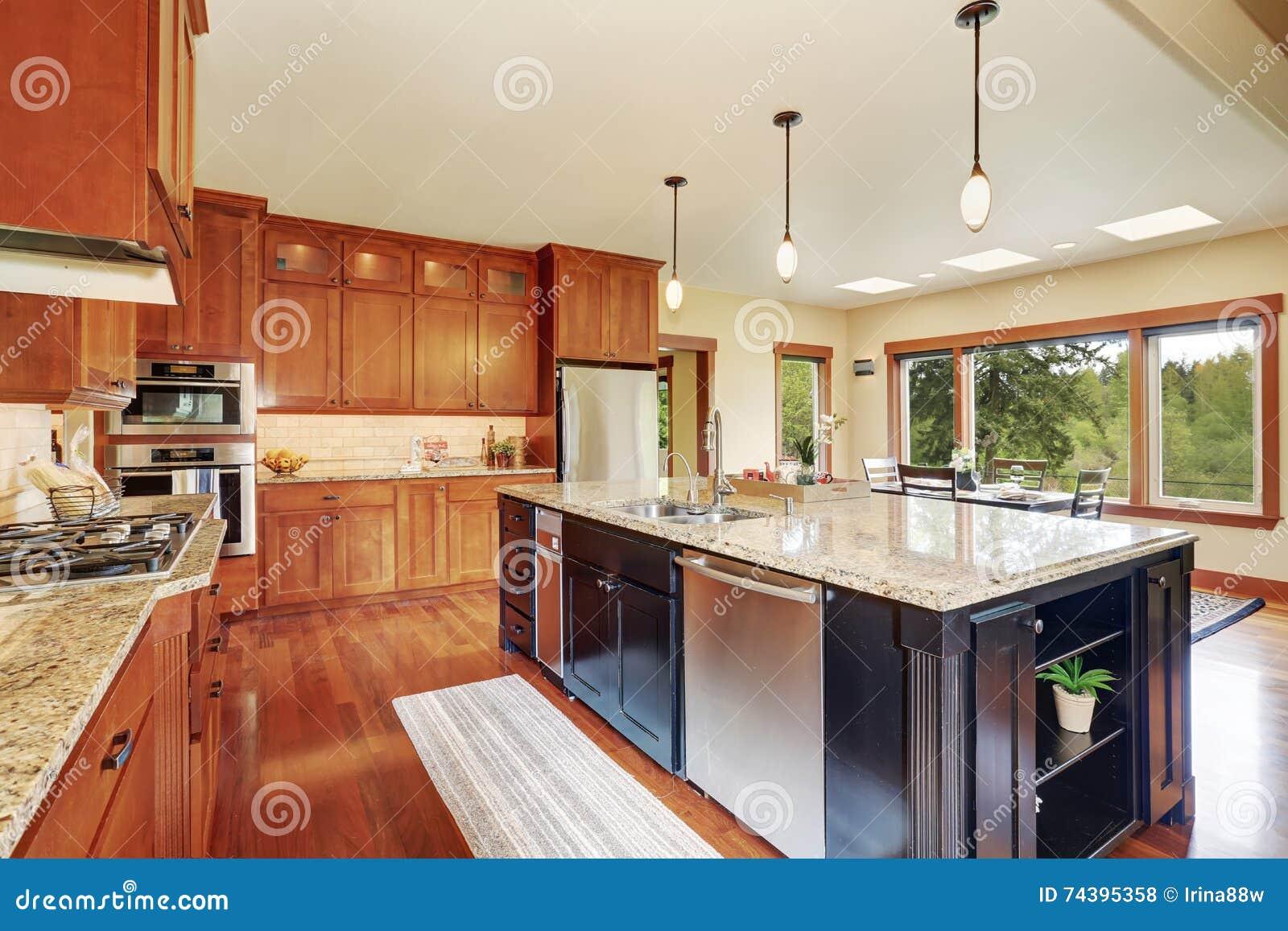 Keukengebied met open vloerplan mening van eetkamer stock foto