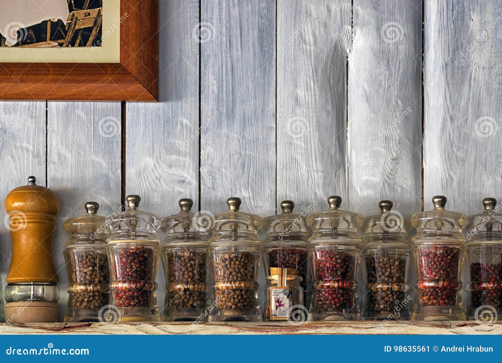 Houten Planken Tegen De Muur.Keukengerei Kruiden En Kruiden Op Plank Tegen Rustieke Houten Muur