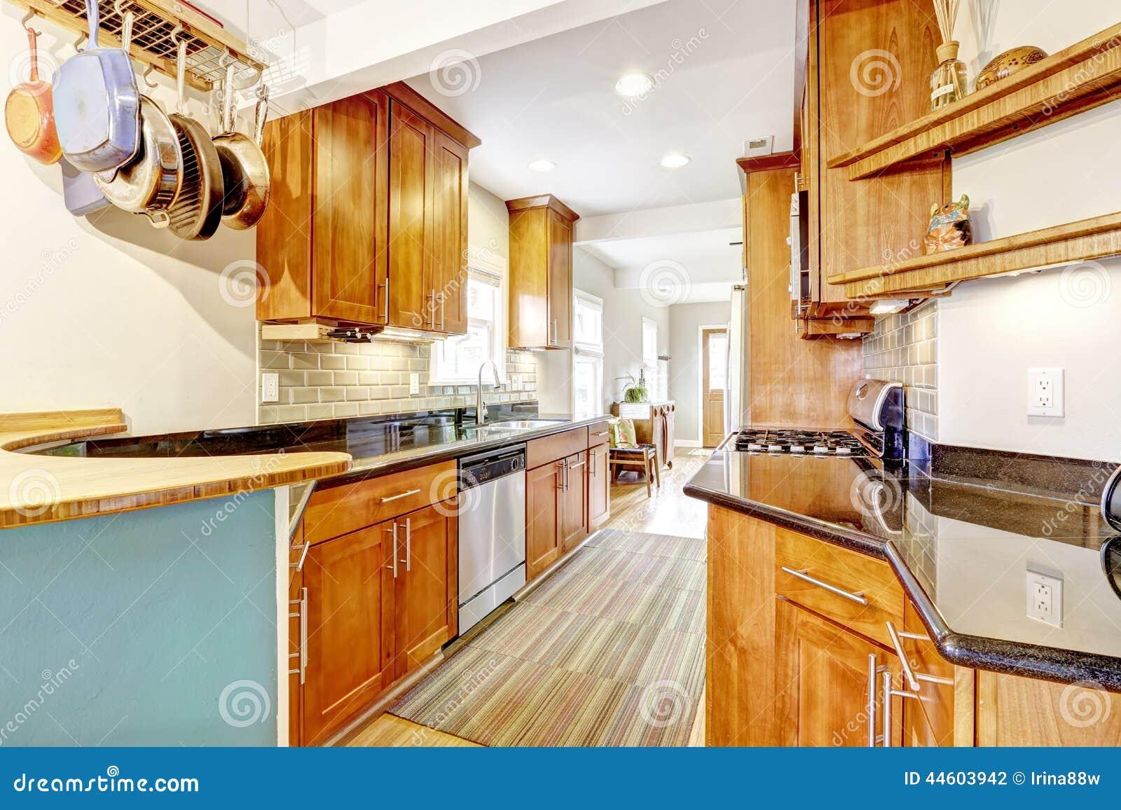 Keukenruimte Met Zwarte Granietbovenkanten En Versiering Van De ...