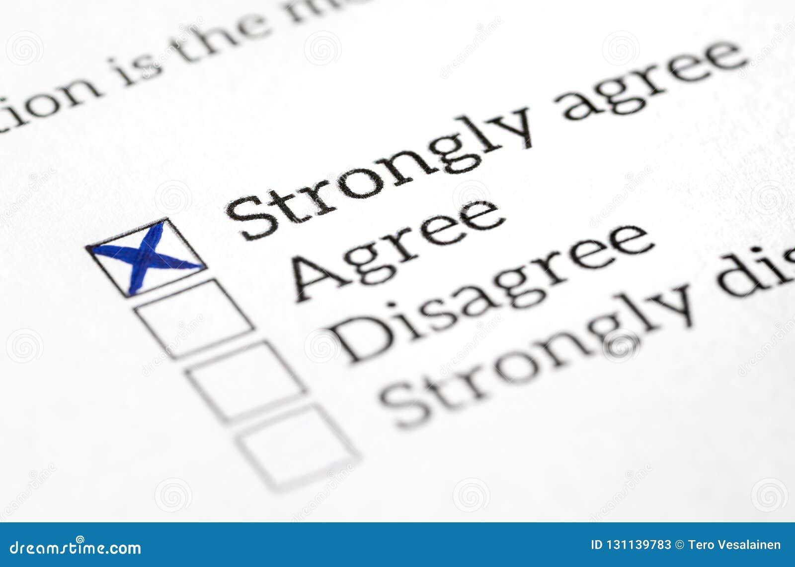 Keur vakje goed in opinieonderzoek, onderzoek en vragenlijst wordt gecontroleerd die Gelukkig en positief antwoord