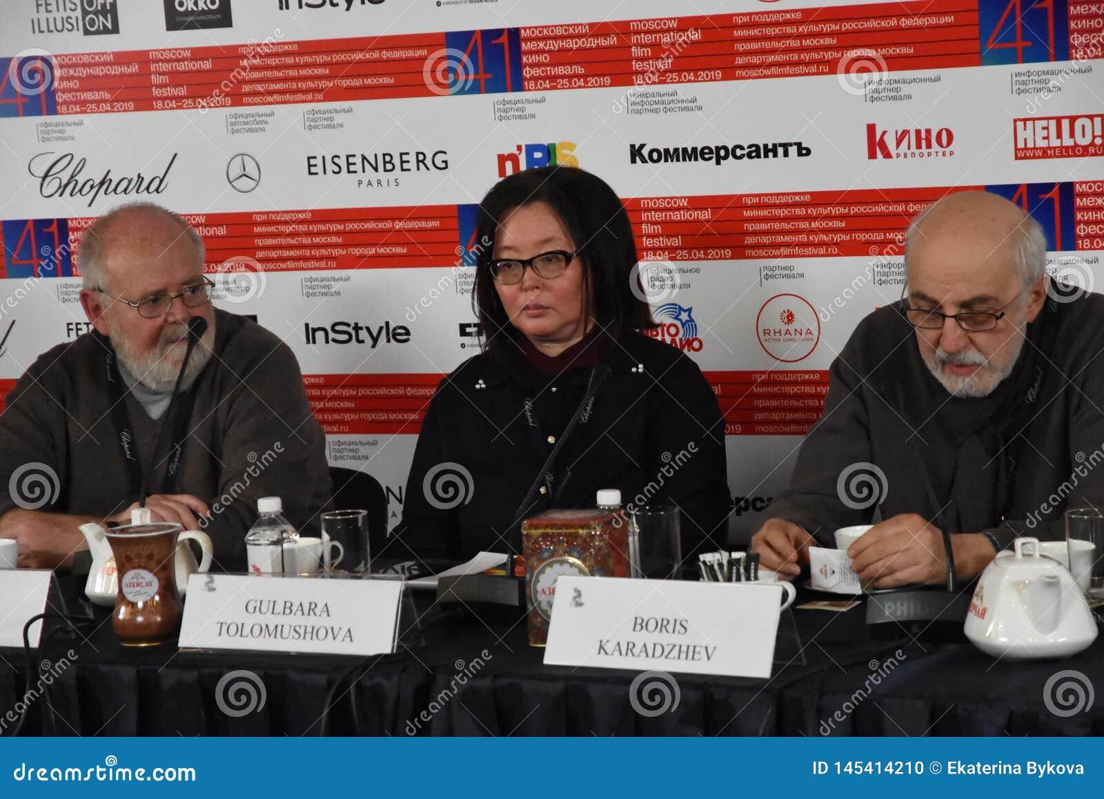 Kevin Sim, Gulbara Tolomushova ? la presse-conf?rence