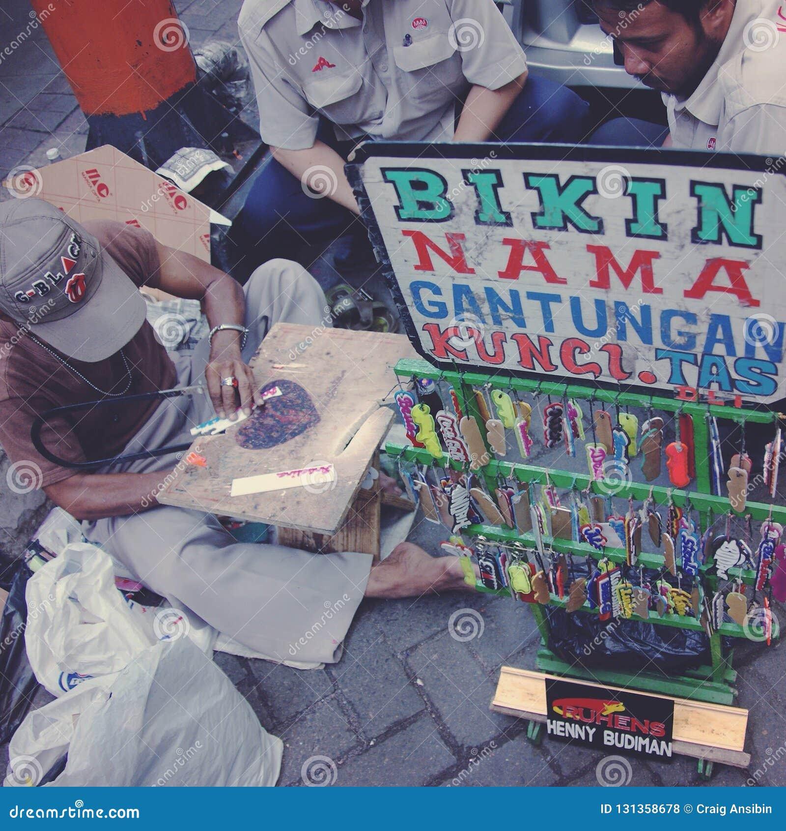 Keychain med namnförsäljningar på gatan av Jakarta