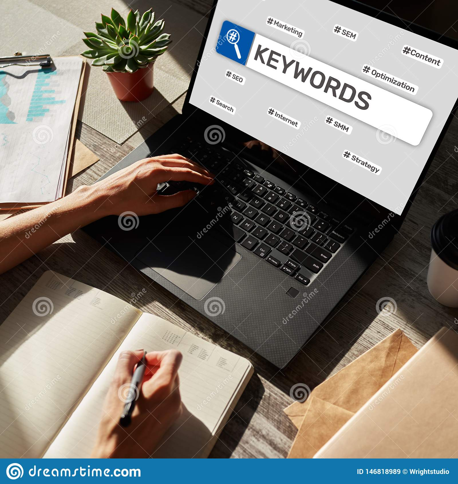 Keywords SEO, оптимизирование поисковой системы и концепция маркетинга интернета на экране