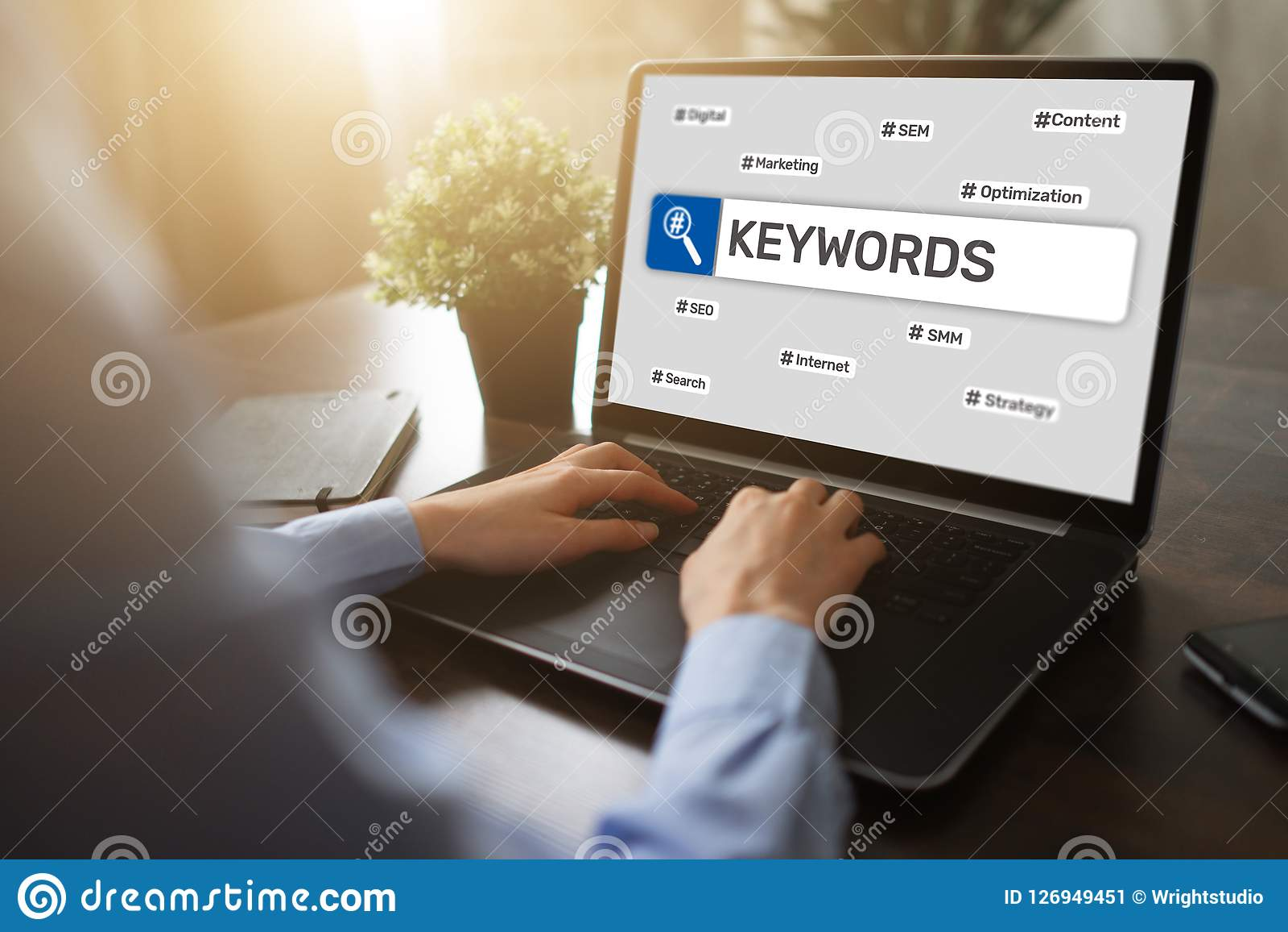Keywords SEO, otimização do Search Engine e conceito do mercado do Internet na tela