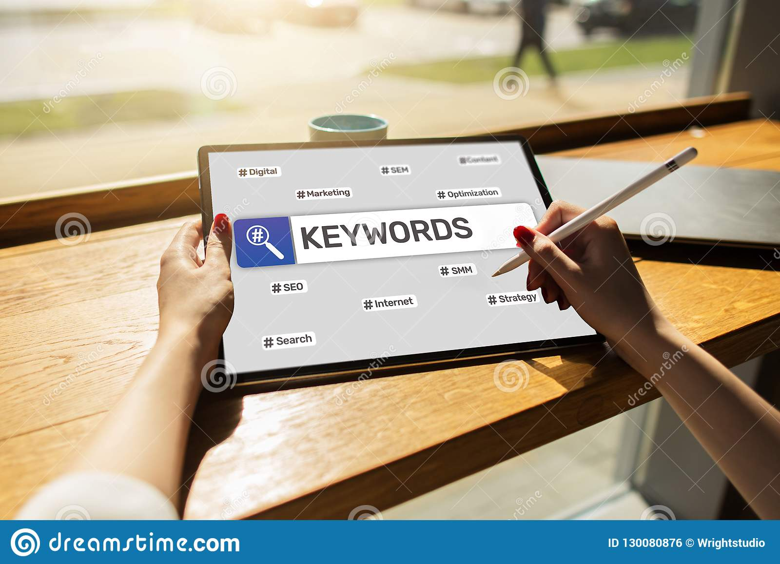 Keywords SEO, wyszukiwarka optymalizacja i interneta marketingowy pojęcie na ekranie,