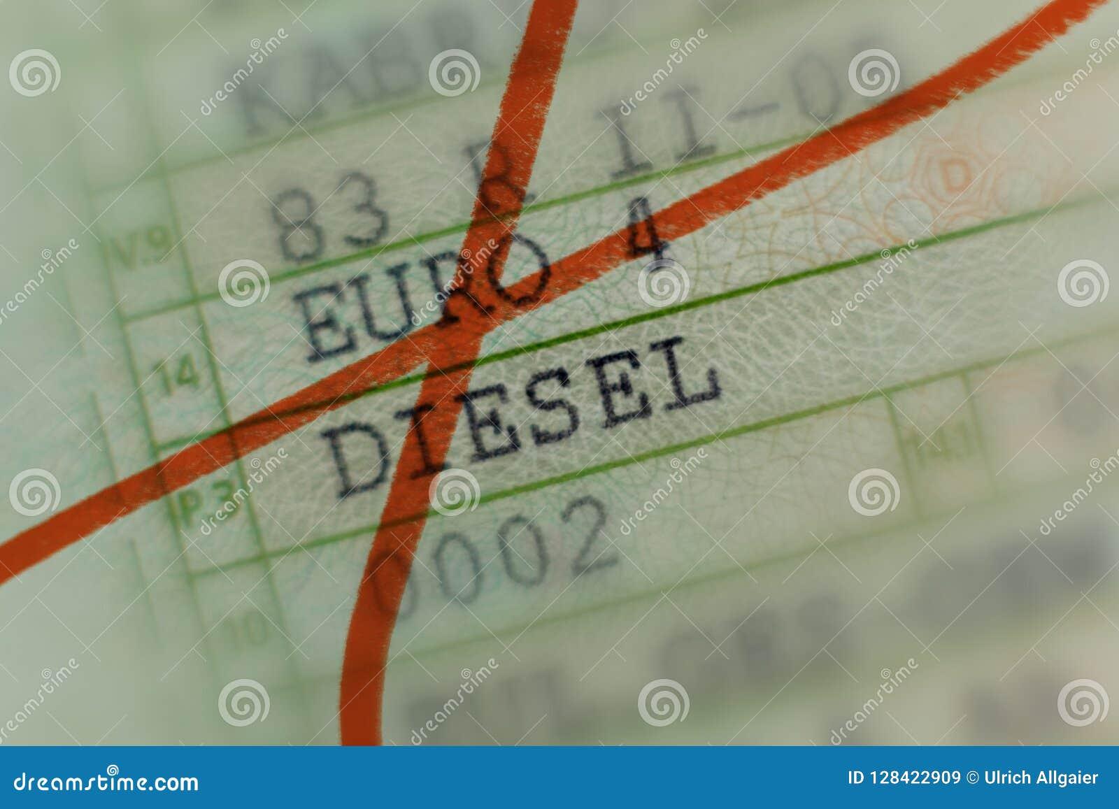 KFZ-Zulassungsschein kreuzte heraus mit roter Markierung, das Auto, das durch den Dieselskandal in Deutschland, Personenkraftwage