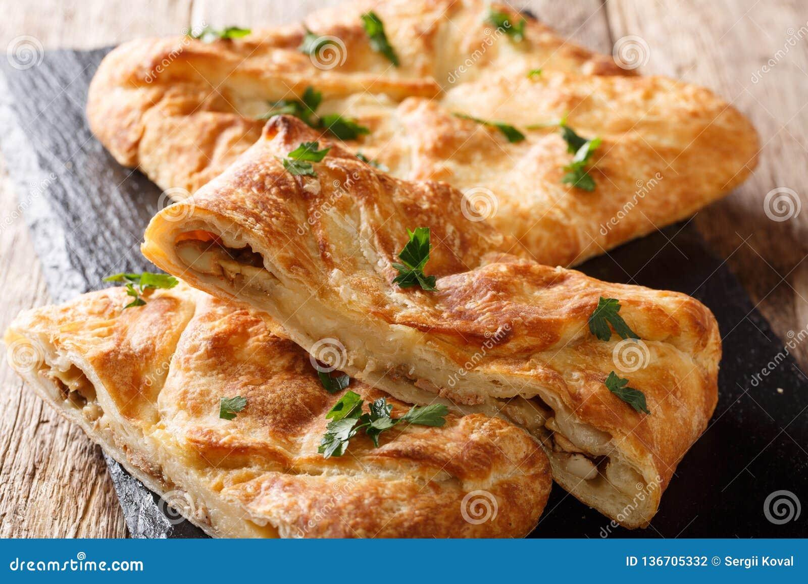 Khachapuri è un piatto georgiano tradizionale di di pane ripieno di formaggio Il materiale da otturazione contiene il sulguni del