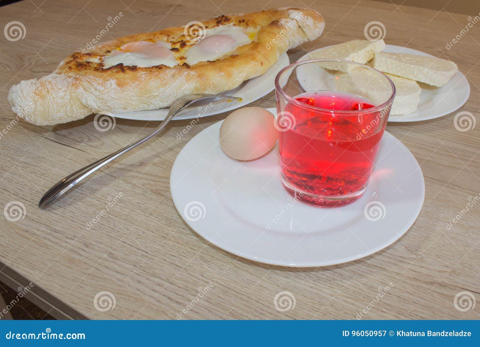 Khachapuri d Adjarian sur a d un plat Ouvrez le tarte avec du fromage sous forme de bateau
