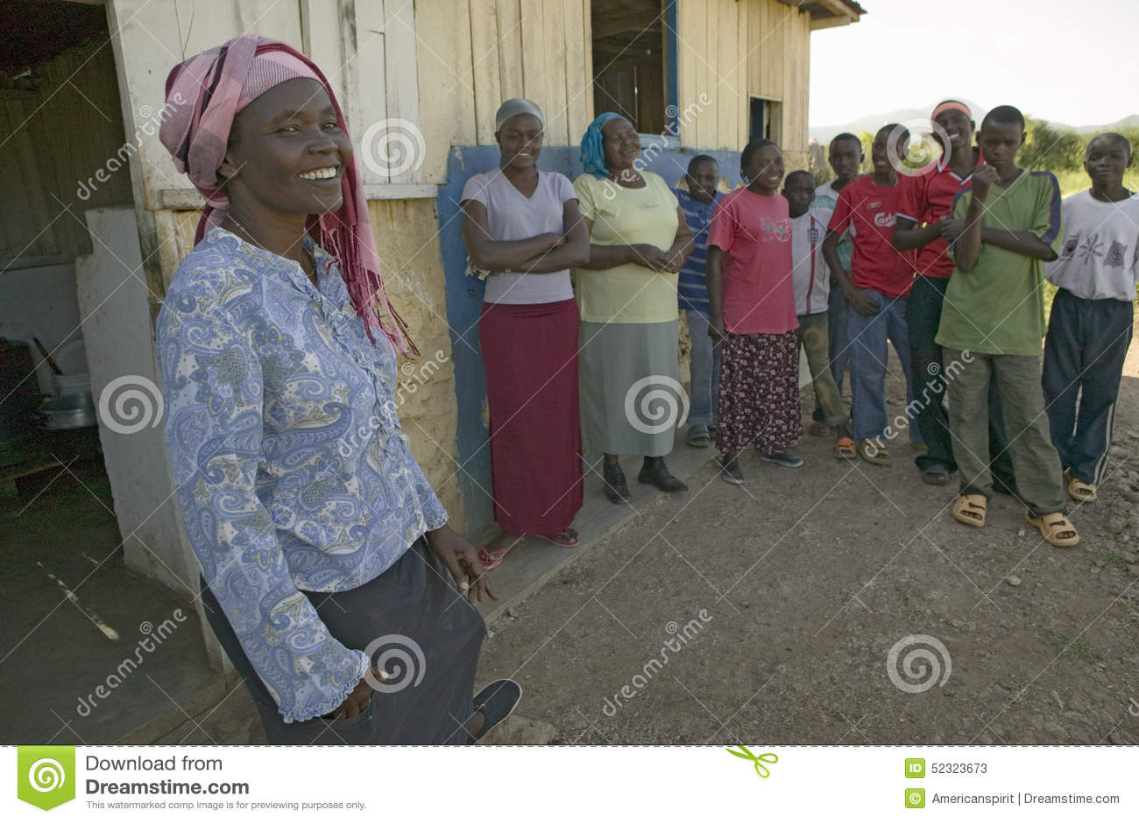 Khadija Rama, se tenant avec un groupe de personnes, est la fondatrice de Pepo La Tumaini Jangwani, réadaptation Progr de la Comm