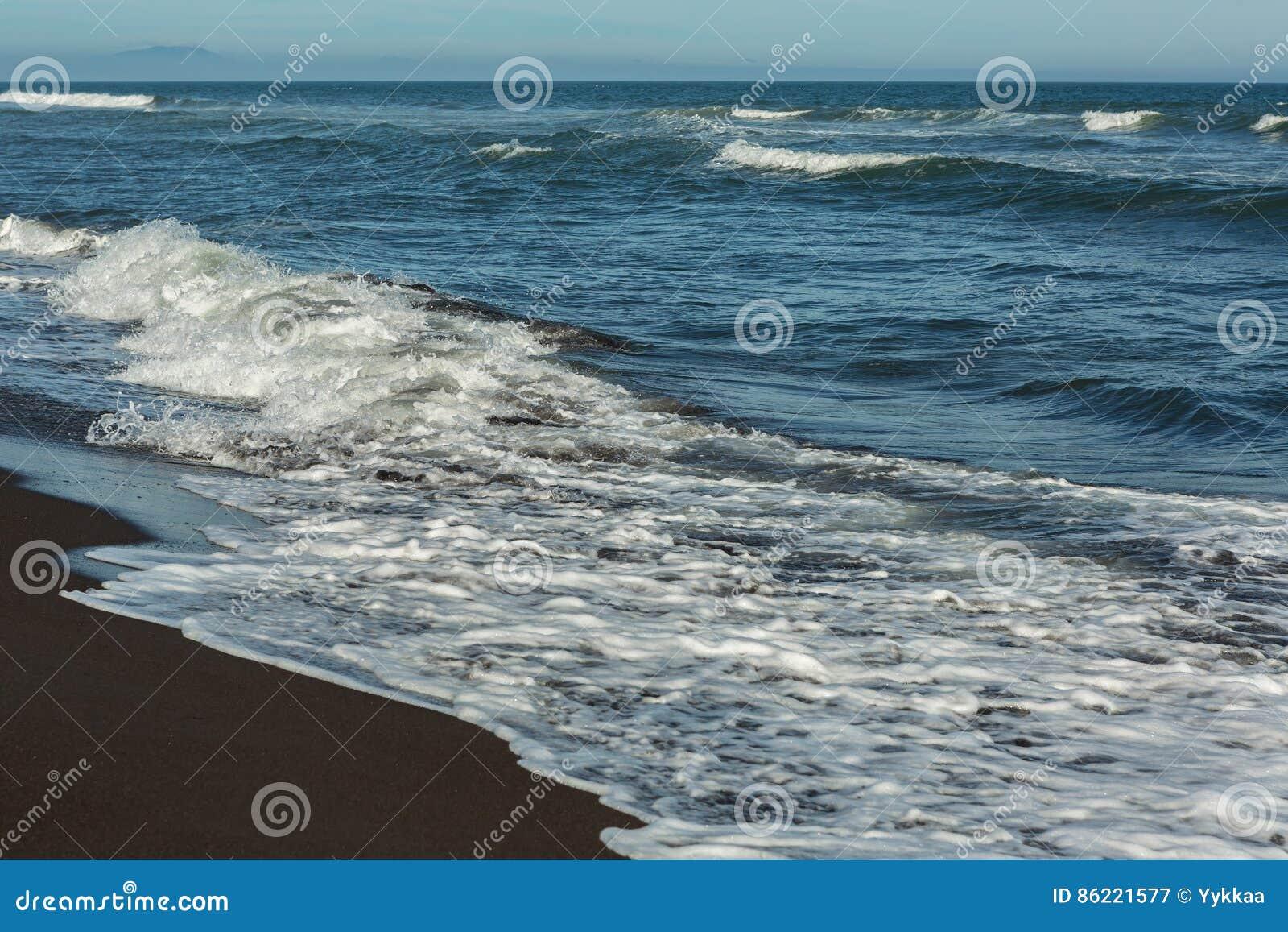 Khalaktyrsky strand med svart sand Stilla havet tvättar den Kamchatka halvön