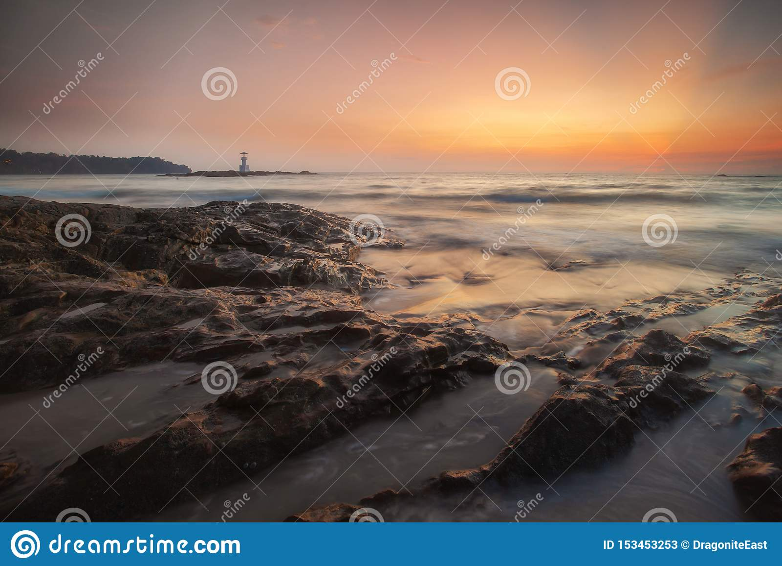 Khao Lak fyr och underbar himmelsolnedgång i det Andaman havet