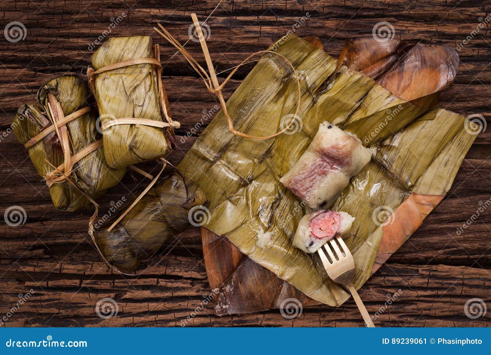 Khao Tom Mat - sobremesa tailandesa - arroz pegajoso, banana e os feijões pretos envolvidos na banana folheia