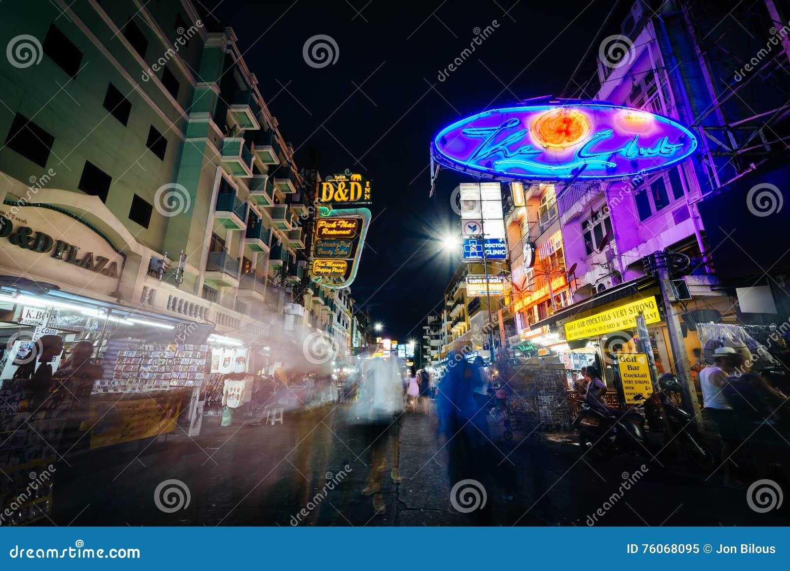 Khaosan droga przy nocą, w Bangkok, Tajlandia