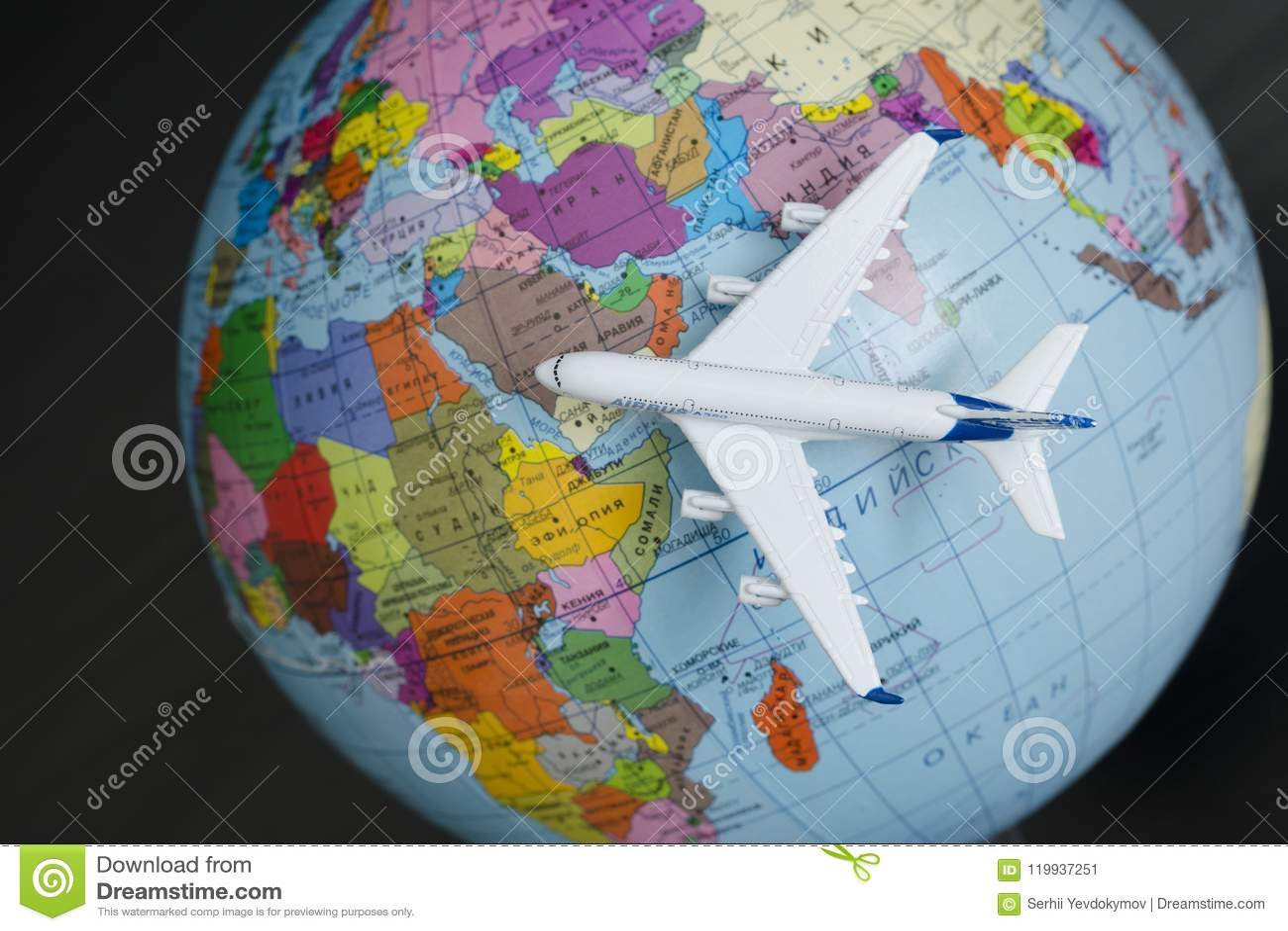 KHARKOV, UKRAINA 13 2018 KWIECIEŃ: Samolot na kuli ziemskiej Podróż c