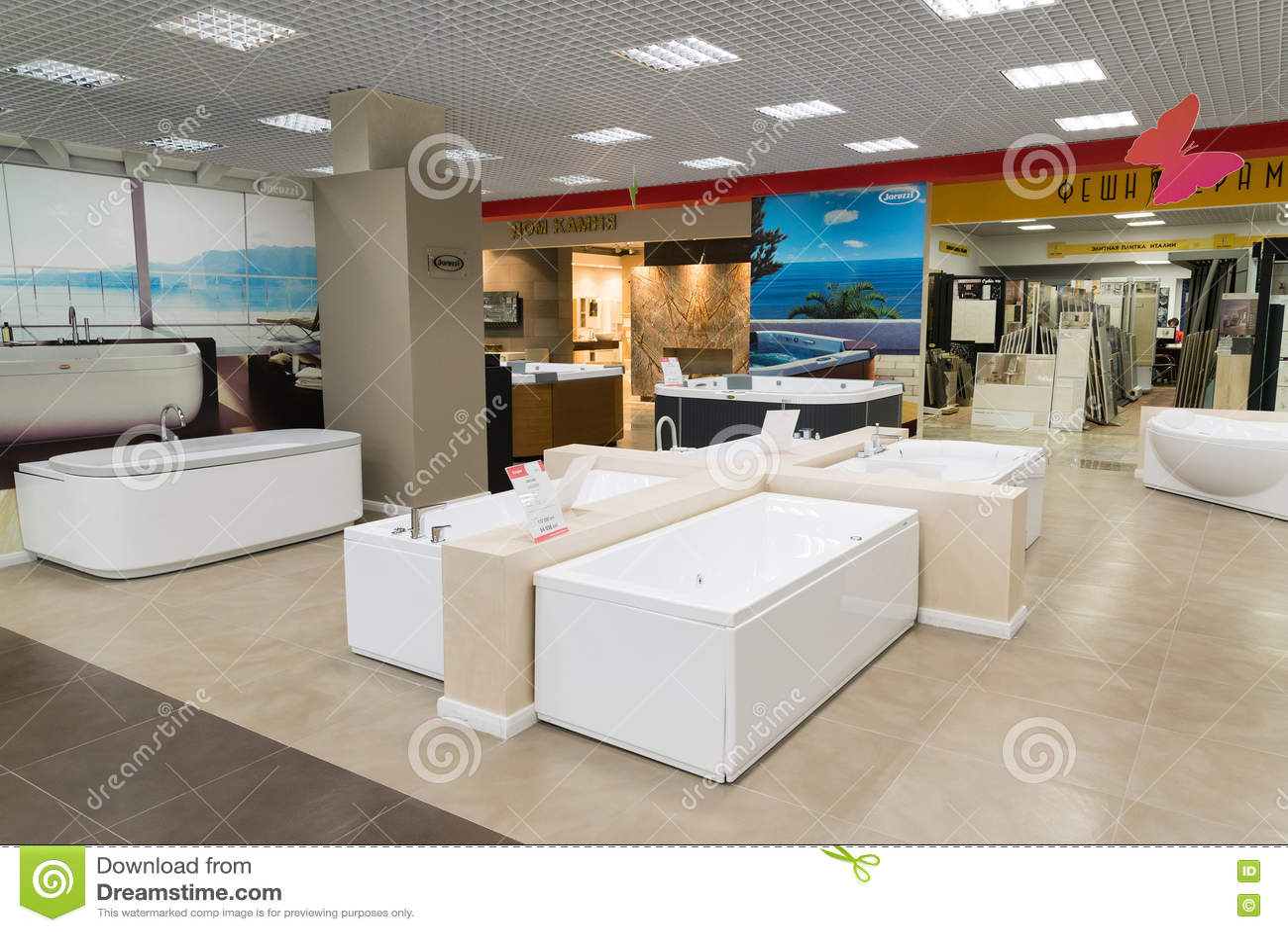 Khimki,俄罗斯- 9月03 2016年 卖浴和有益健康的商品在盛大最大的家具店