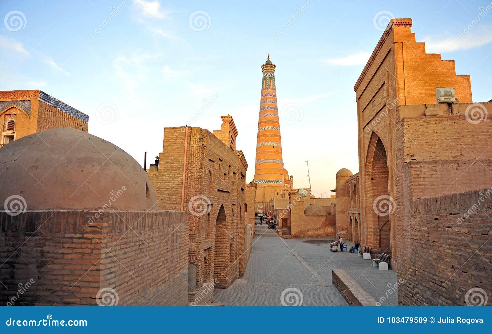 Khiva: minareto sul tramonto