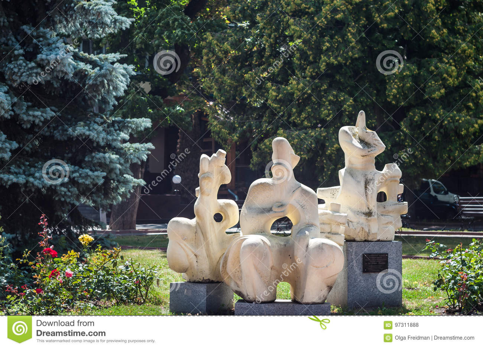 KHMELNITSKY UKRAINA - JULI 29, 2017: Ukrainsk bevekelsegrund, skulptör