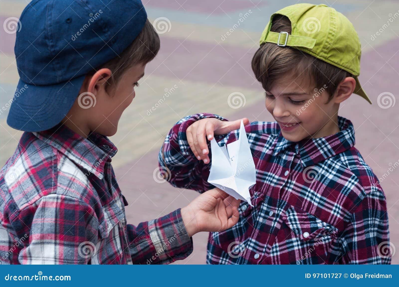 KHMELNITSKY UKRAINA, LIPIEC, - 29, 2017: Chłopiec trzyma origami gołębi w jego rękach
