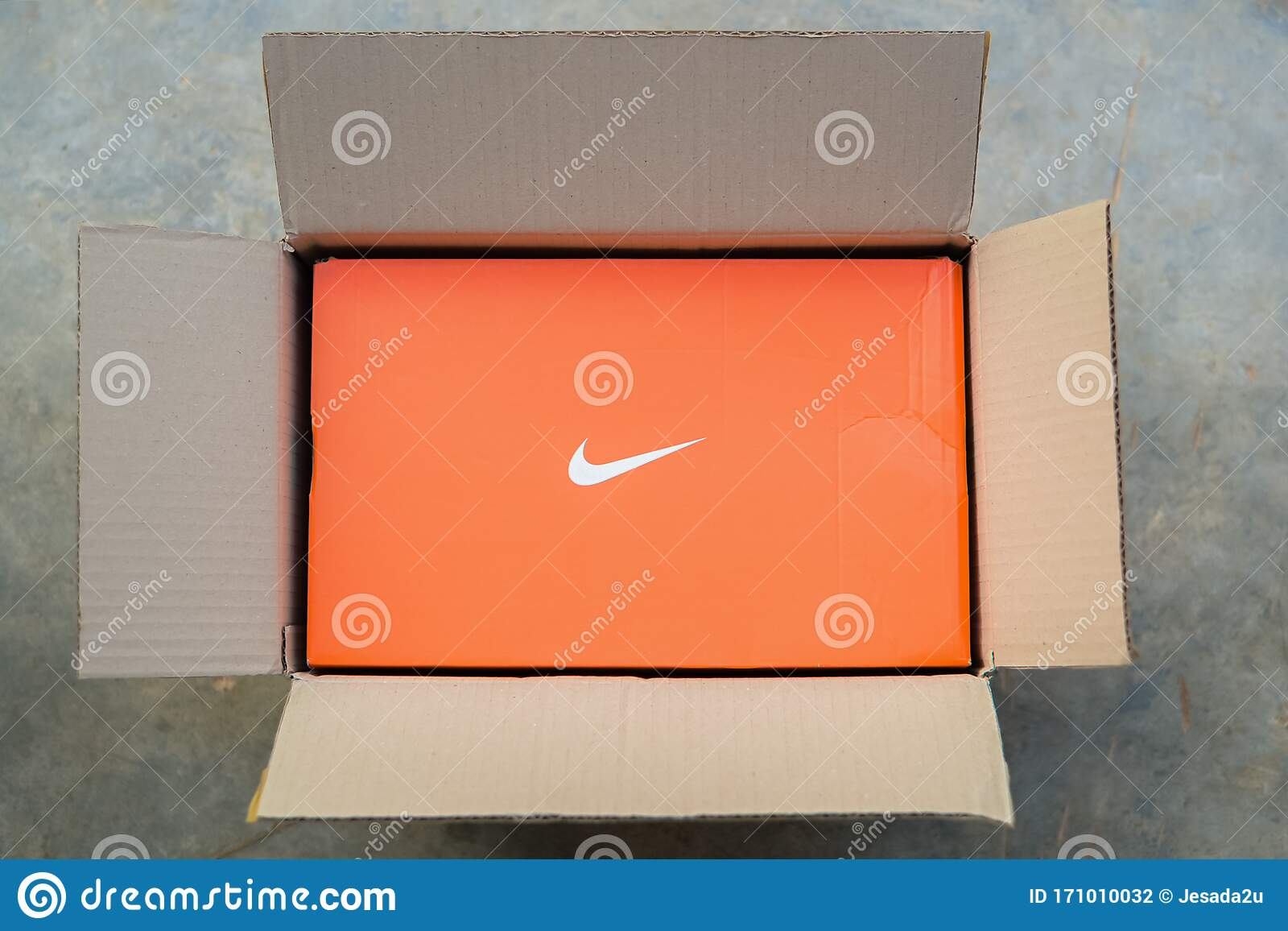 sacudir barbería Tranquilidad  Khon Kaen, THAILAND - January 2020 : Nike Shoes Box In A Post Box Online  Ordering And Express Delivery To Home Editorial Photography - Image of  american, clothes: 171010032