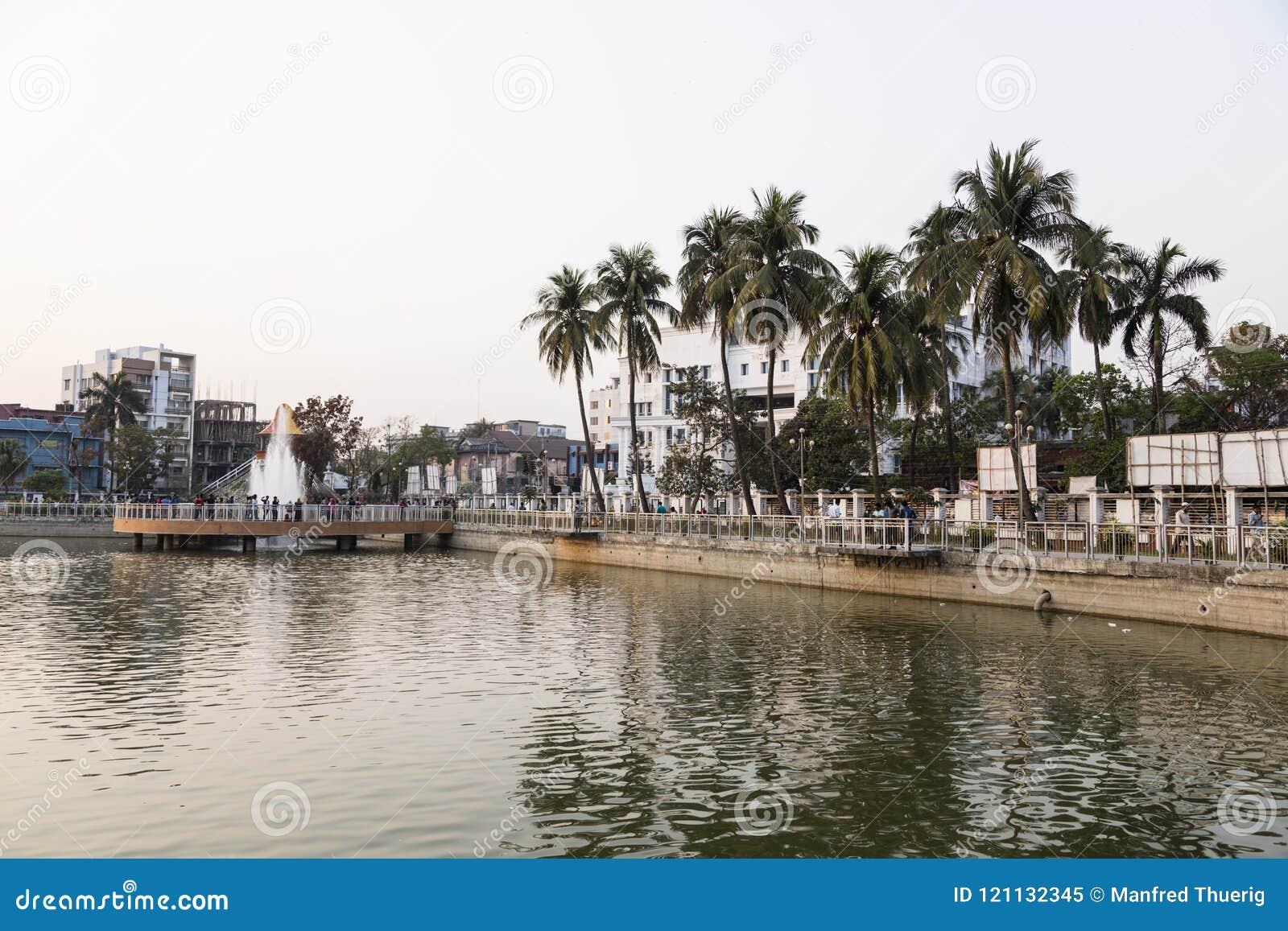 Khulna, Bangladesh, el 28 de febrero de 2017: Centro de ciudad con el parque