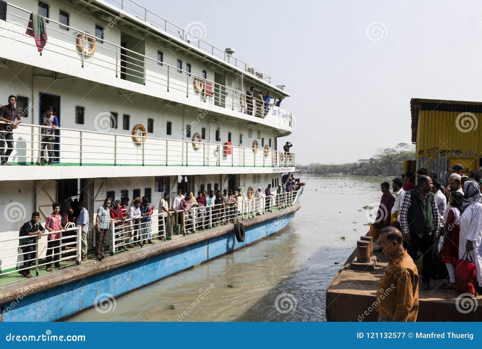 Khulna, Bangladesh, el 1 de marzo de 2017: Transbordador de pasajero típico en una orilla