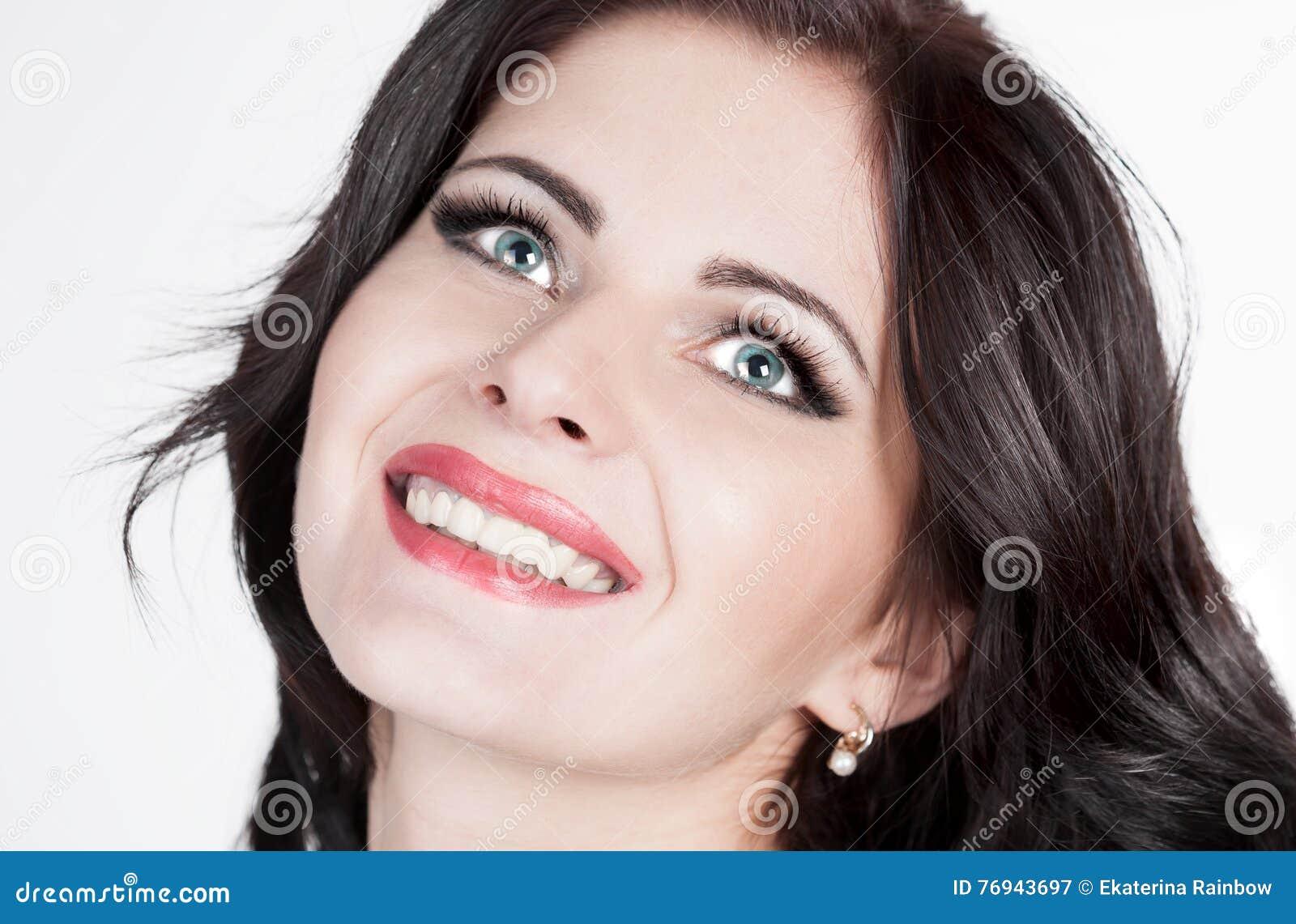 Khvitia_Julia Fronte, occhi azzurri, sorridendo, fondo bianco!
