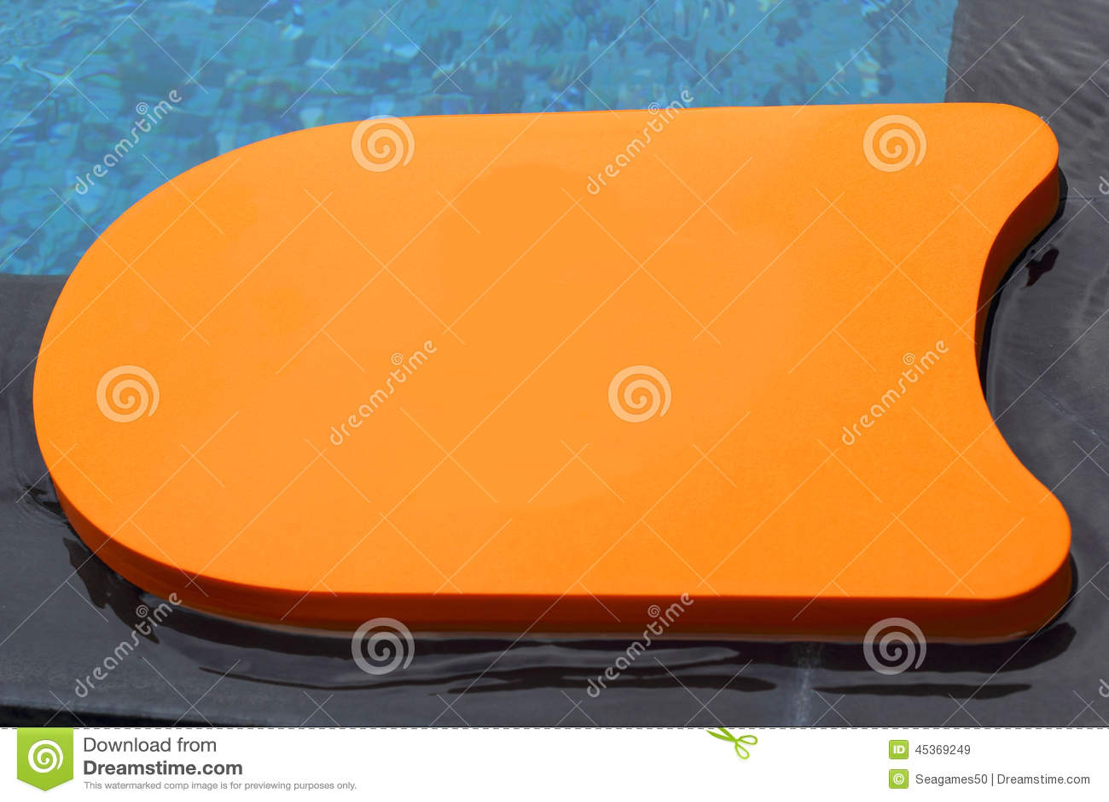 Kickboard dans la piscine