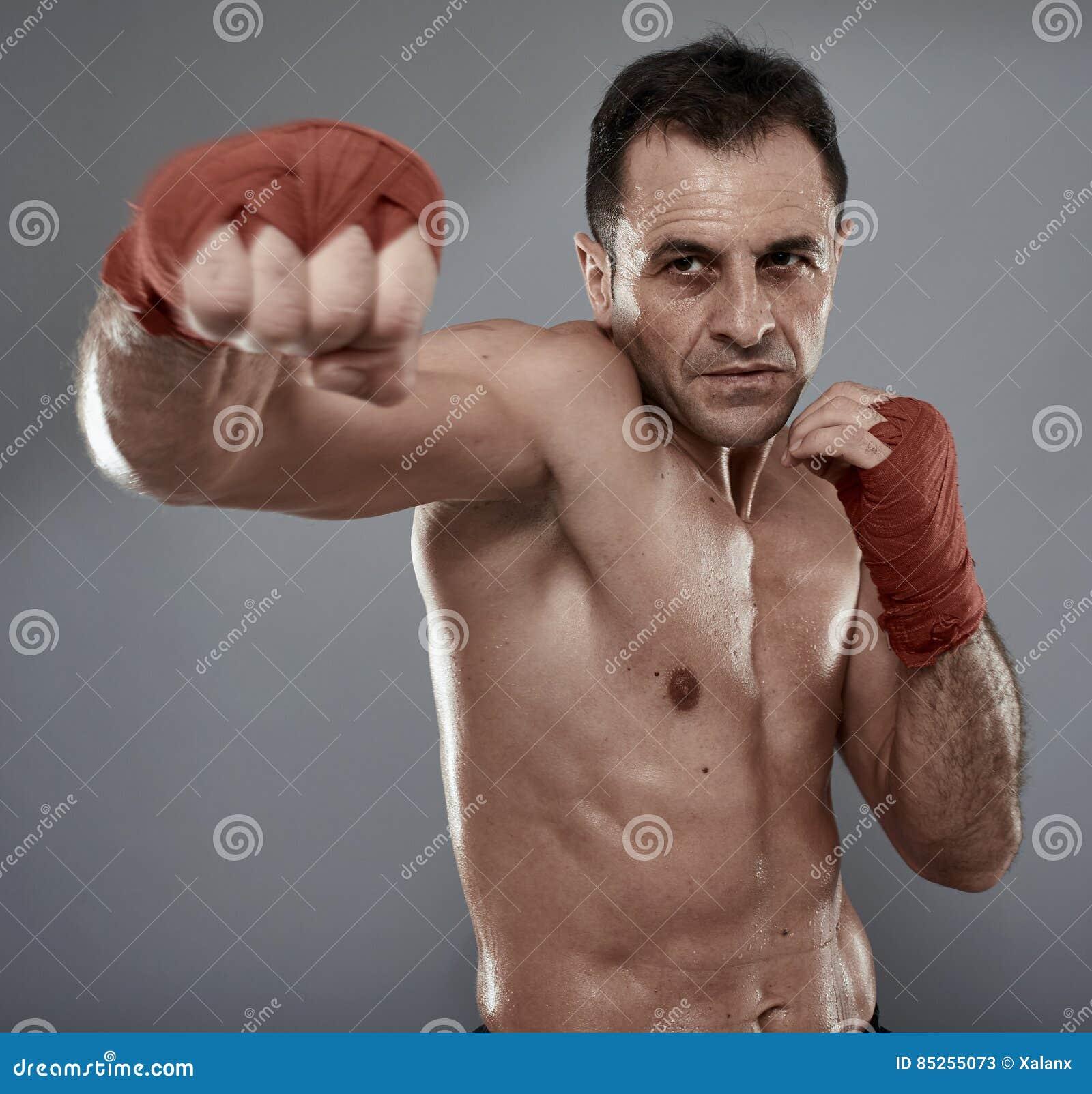 Kickbox wojownik na szarym tle