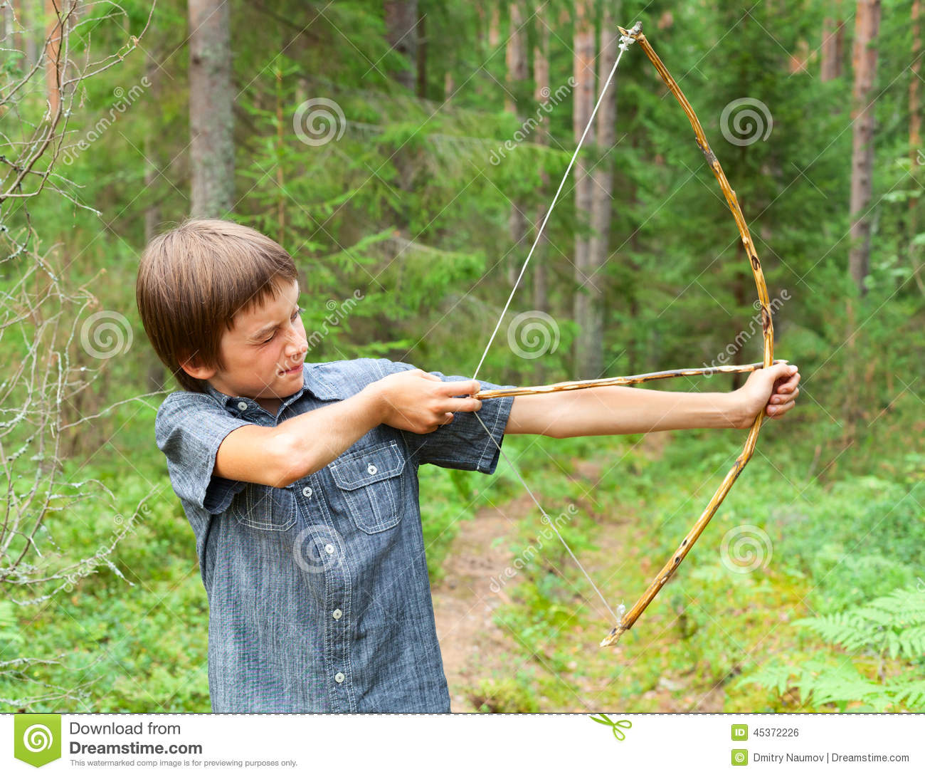 Kid with homemade bow and arrow stock photo image of for Arc en bois fait maison
