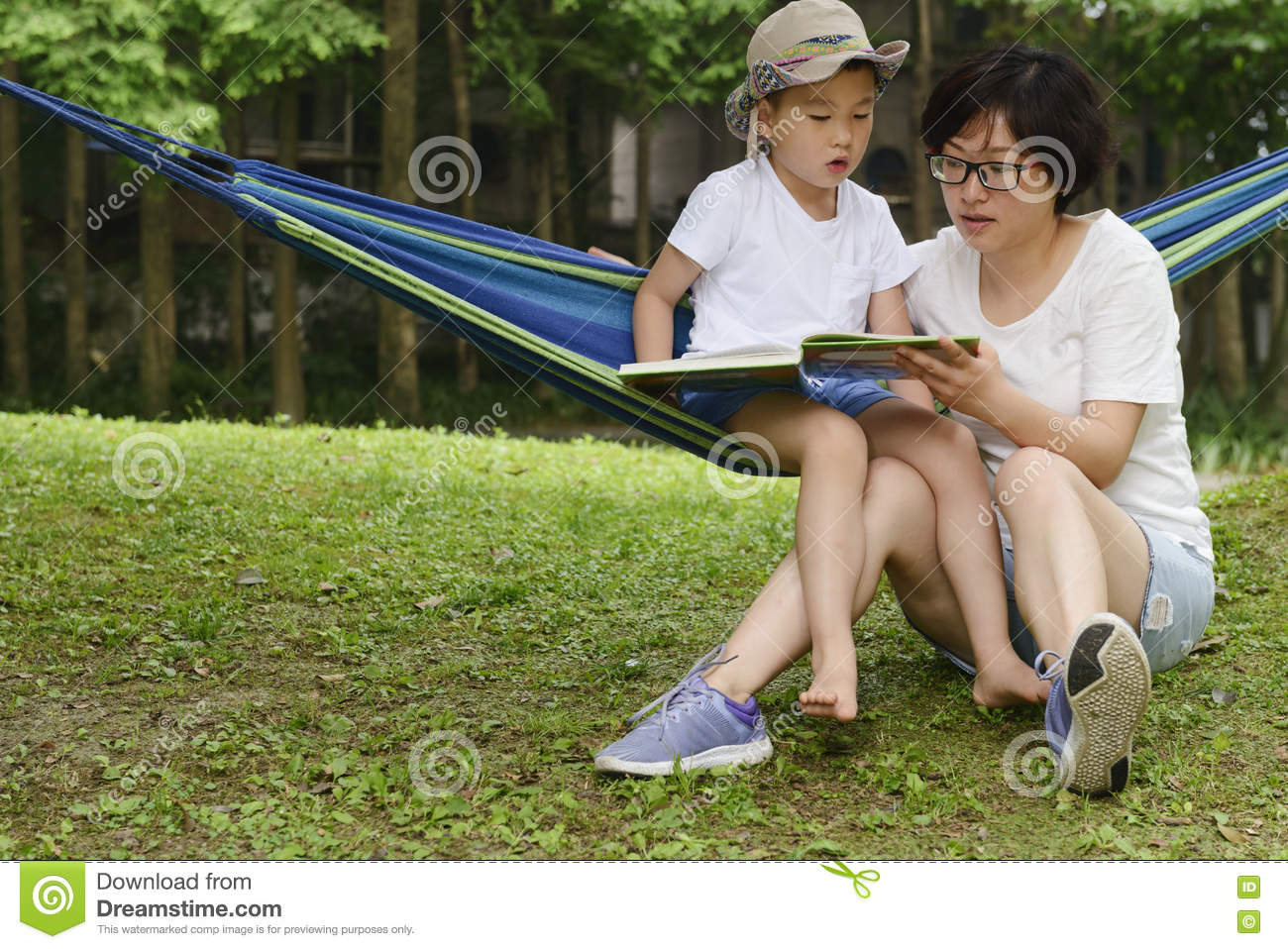 Kid reading with mom together