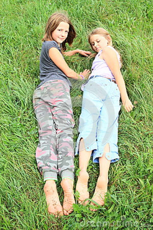 https://thumbs.dreamstime.com/z/kids-dirty-soles-bare-feet-two-little-girls-smiling-lying-green-grass-80070474.jpg