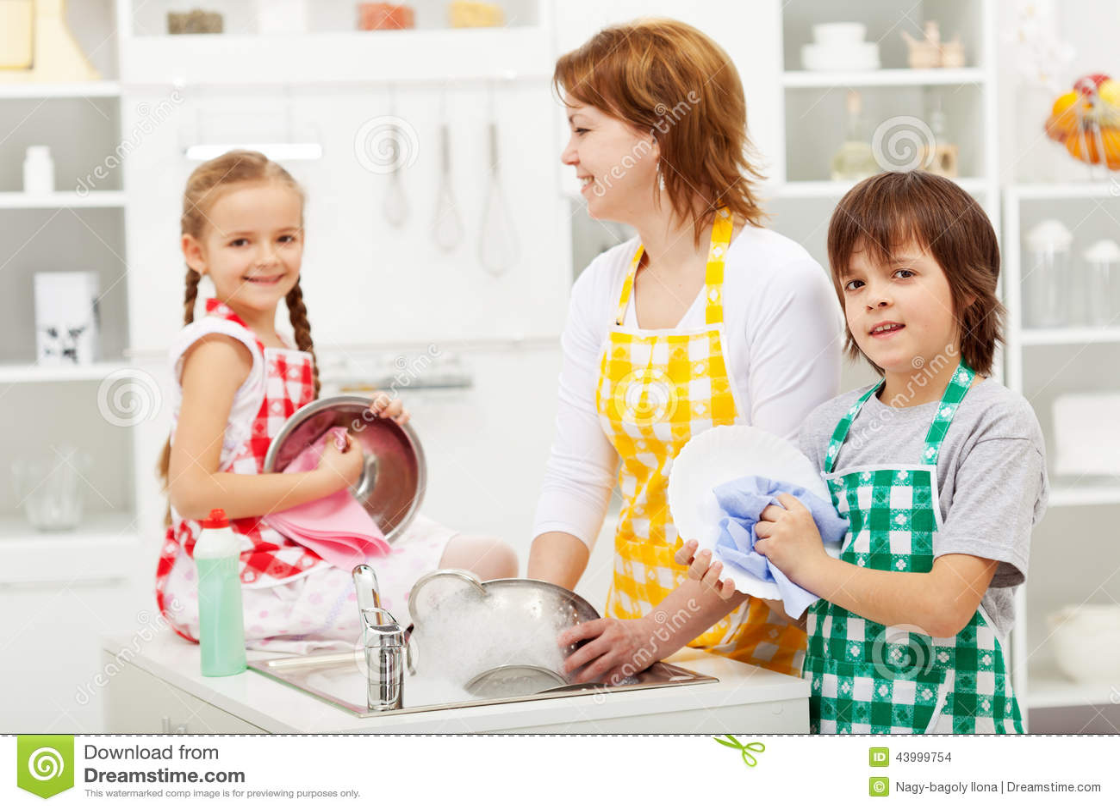 Сын мыл посуду и подошла мать 1 фотография
