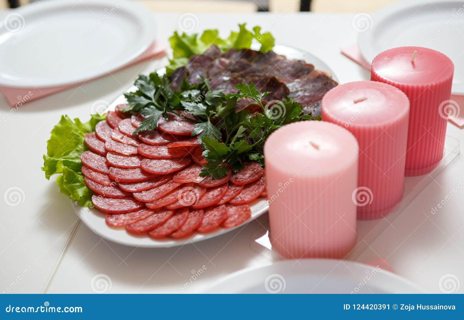 Kiełbasiany baleronu mięsa talerz słuzyć na stole przy restauracją caf