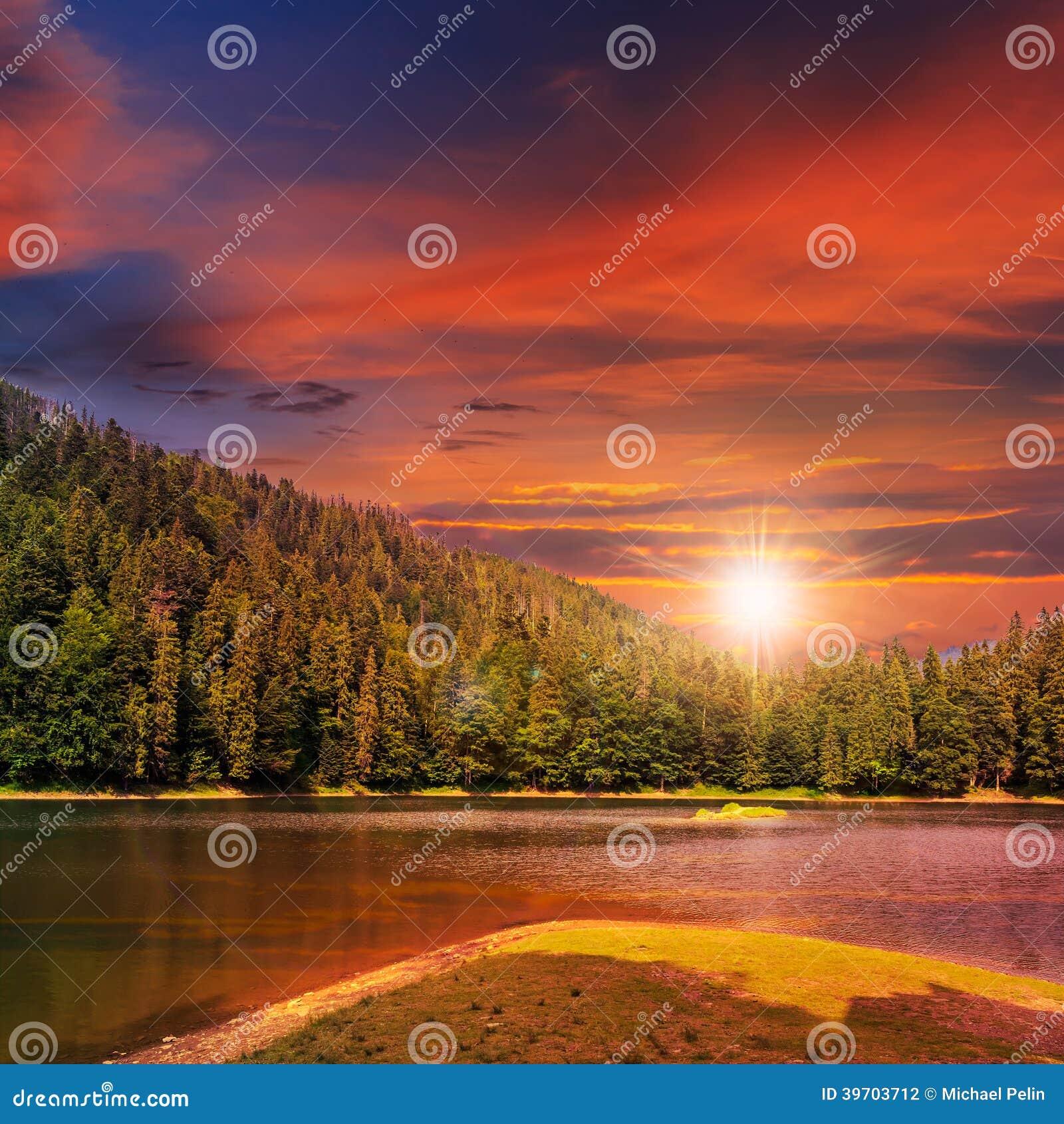 Kiefernwald und Gebirgssee bei Sonnenuntergang