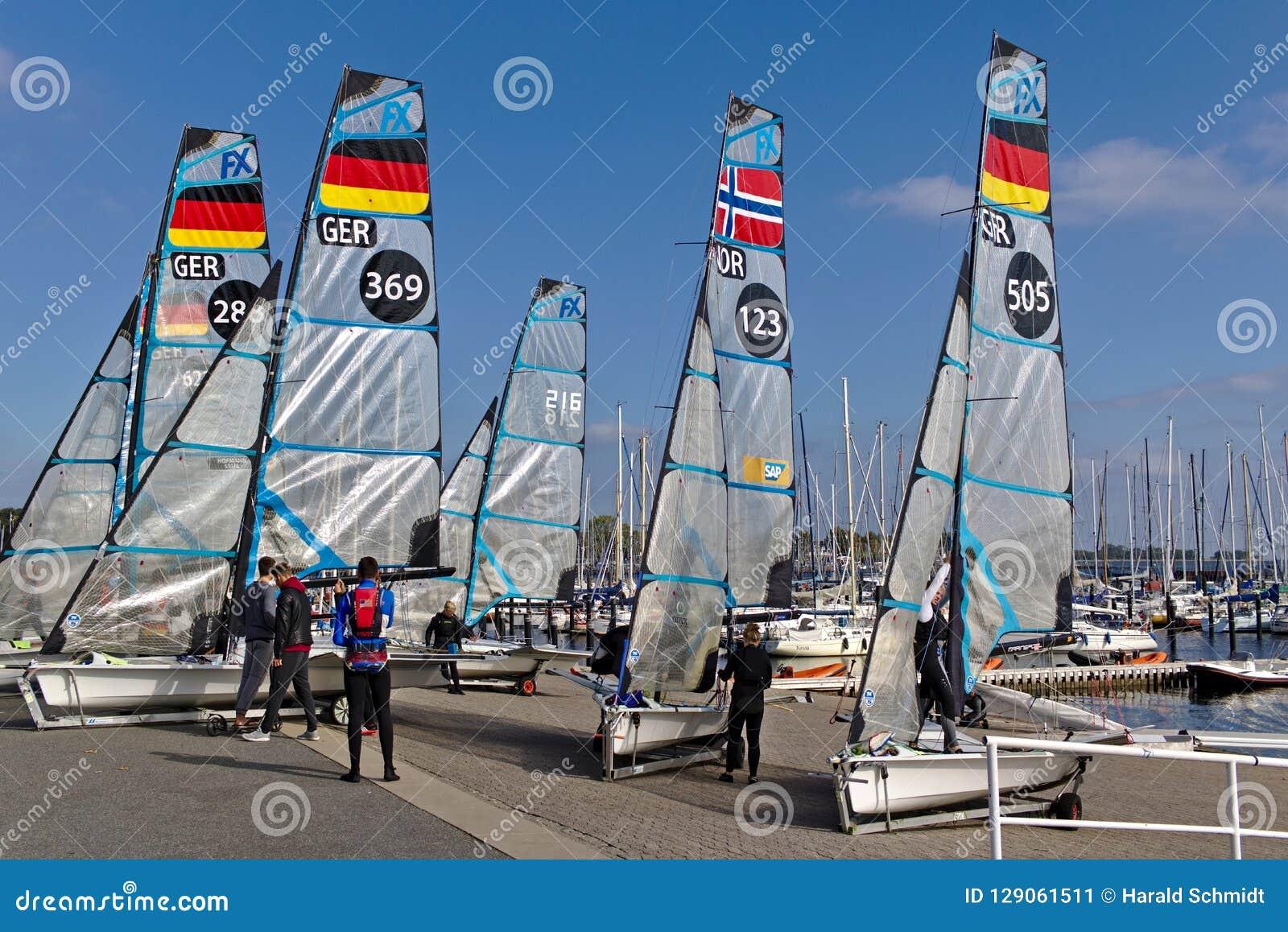 Kiel, Duitsland - September negende, 2018 - Verscheidene 49er FX-rubberboten op de kust met hun bemanning na opleiding