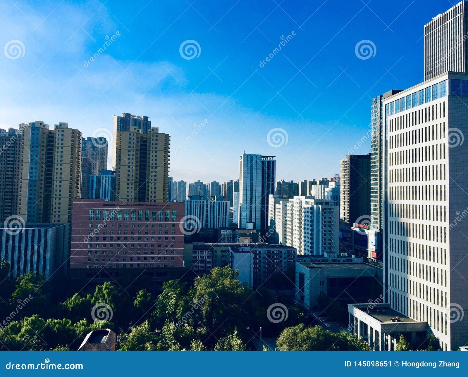 Kielzog omhoog in de ochtend, die rijen van keurig geschikte lange gebouwen in het stadscentrum zien van Shenyang