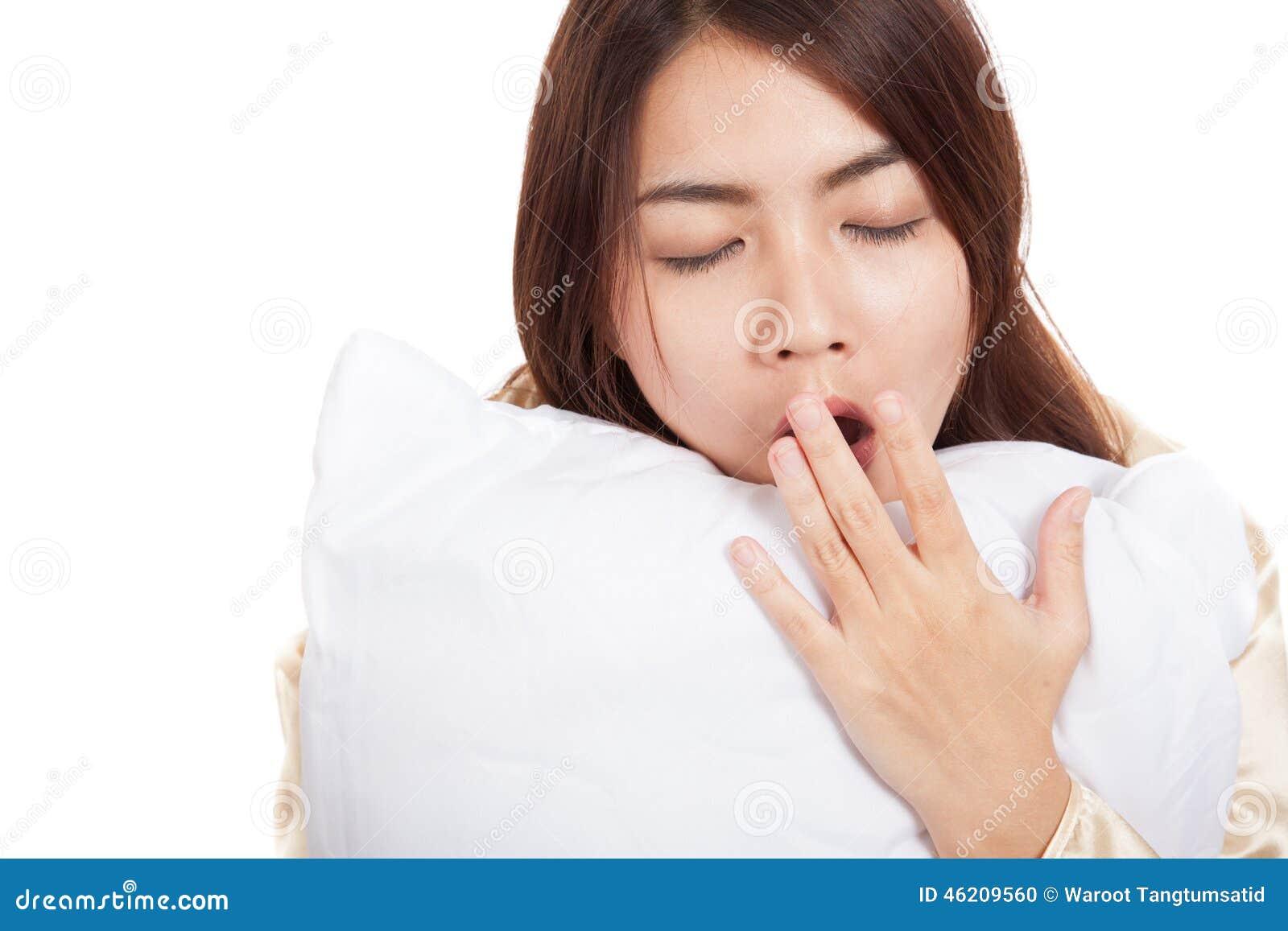 Kielzog van het geeuw het Aziatische meisje omhoog slaperig en slaperig met hoofdkussen