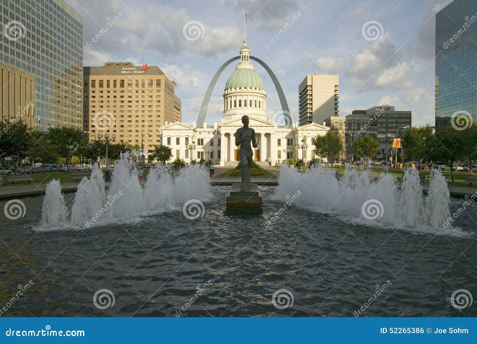 Kienerplein - ï ¿ ½ Runnerï ¿ ½ in waterfontein voor historisch Oud Hof Huis en Gatewayboog in St.Louis, Missouri