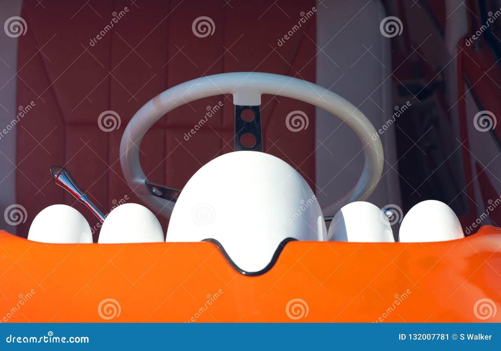 Kierownica, konsola i jaskrawa pomarańczowa deska rozdzielcza, Amerykański klasyczny samochód