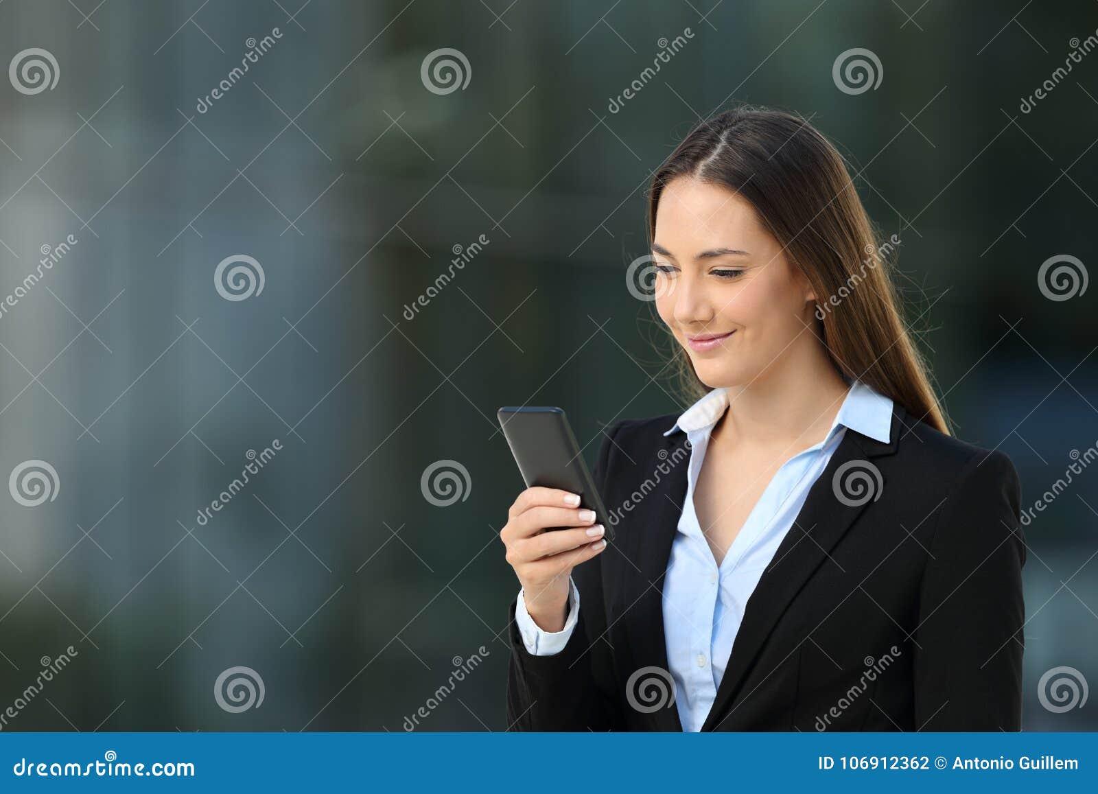 Kierownictwo sprawdza mądrze telefon na ulicie